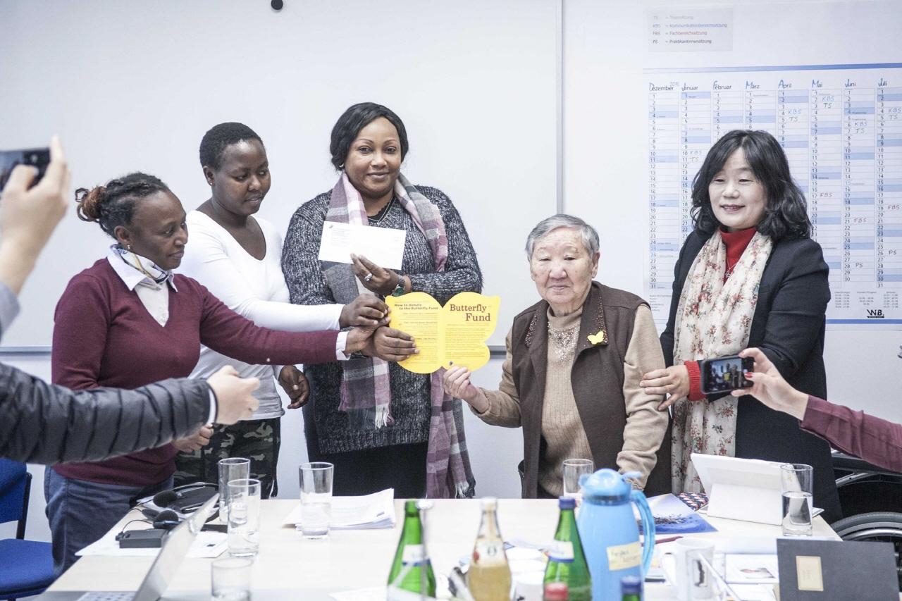 독일의 여성인권단체인 '여성의 땅'(Terre des Femmes)에 나비기금을 기부한 길원옥할머님과 정대협 윤미향대표