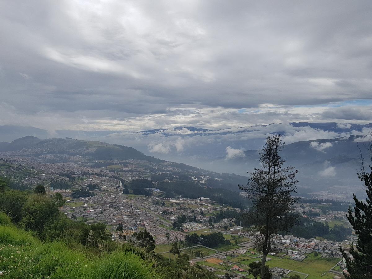 설산  에콰도르의 국경도시에서 만난 구름 위의 설산