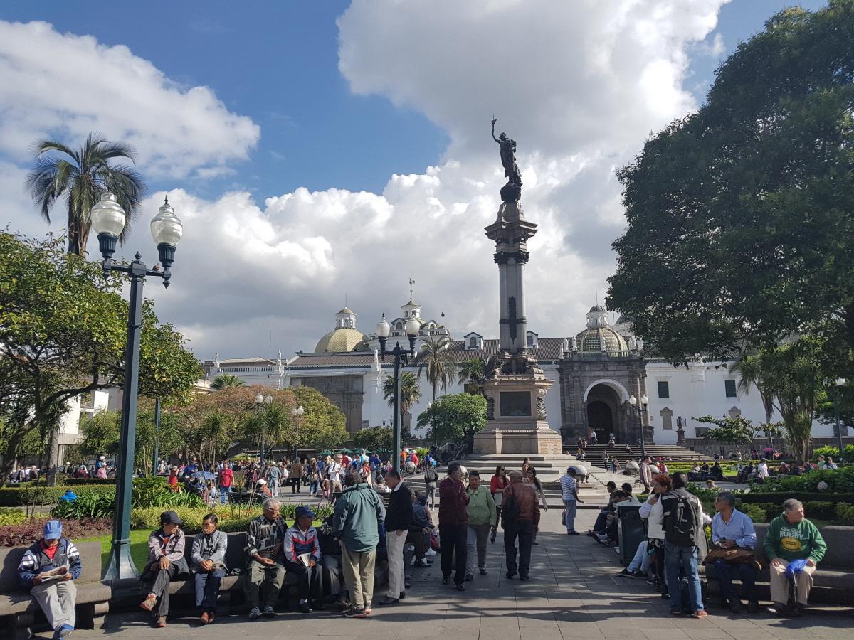 독립광장 센트럴 공원을 에콰도르 사람들은 독립광장이라고 부른다. 이공원에 대통령궁과 대성당 등이 자리 잡고 있다.