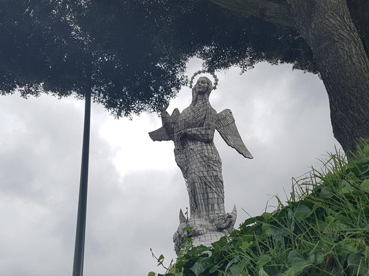 엘 파네시오 언덕(El Panecillo)에 있는 '천사상' 1979년에 키토가 유네스코 지정 세계문화유산이 된 것을 기념하는 43m 높이의 '성모 천사상'이 세워졌다.