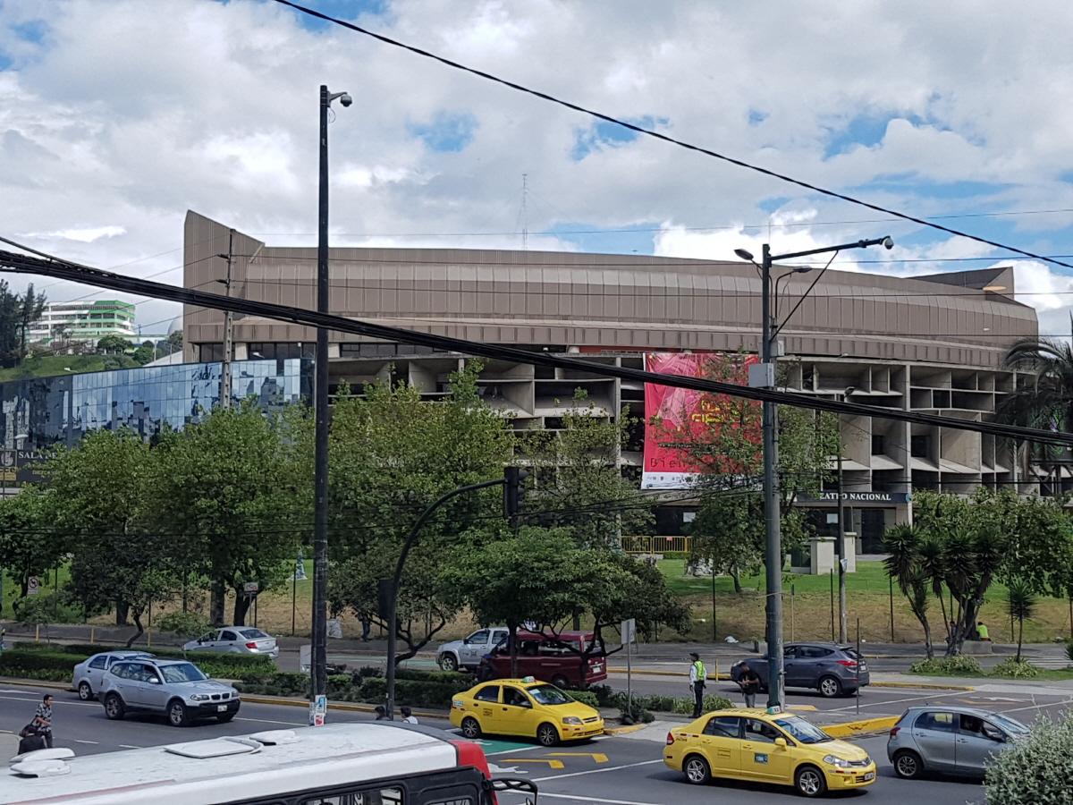 에콰도르 국립극장 키토 신시가지의 패스트푸드점과 메트로역이 있는 거리에 있다.