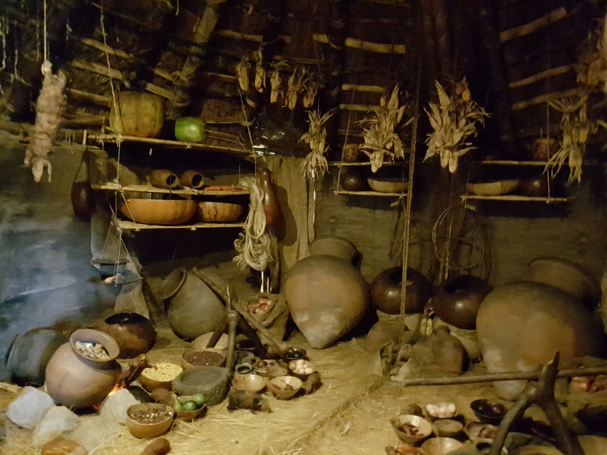 생활사박물관 내부 모습 에콰도르인들이 잉카시대부터 현재까지 살아온 삶과 역사의 흔적이 그대로  남아있다. 생활자기나 광주리의 모양은 한국과도 큰 차이가 없다.