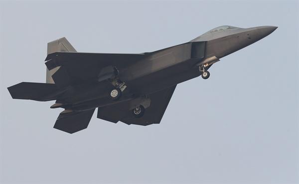 랜딩기어 내린 F-22 랩터 한미 연합공중훈련인 '비질런트 에이스'(Vigilant Ace) 훈련 첫 날인 4일 오전 광주 공군 제1전투비행단 활주로에서 미군의 F-22 '랩터' 전투기가 임무를 마치고 복귀하고 있다.