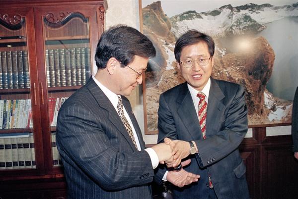홍준표 변호사 신한국당 입당 1996년 1월 25일, 문민정부 출범초 슬롯머신사건 수사검사였던 홍준표 변호사(오른쪽)가 신한국당에 공식 입당, 강삼재 사무총장에게 입당원서를 전달한 후 악수하고 있다.