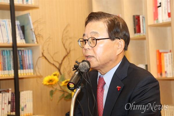 남유진 구미시장은 5일 오전 기자간담회를 갖고 내년 지방선거를 앞두고 1월 또는 2월 중 구미시장직을 내려놀을 것이라고 밝혔다.