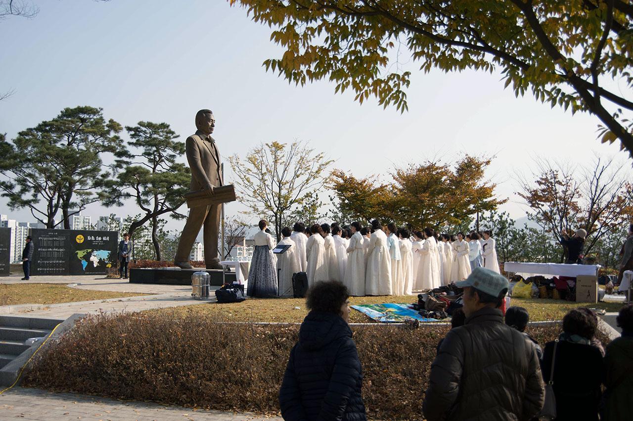 박정희의 거대한 동상 앞에서 진행된 구미차인연합회원들의 '헌다례'는 참석자들의 경건과 흠모의 정이 이를 수 있는 절정을 보여주었다.