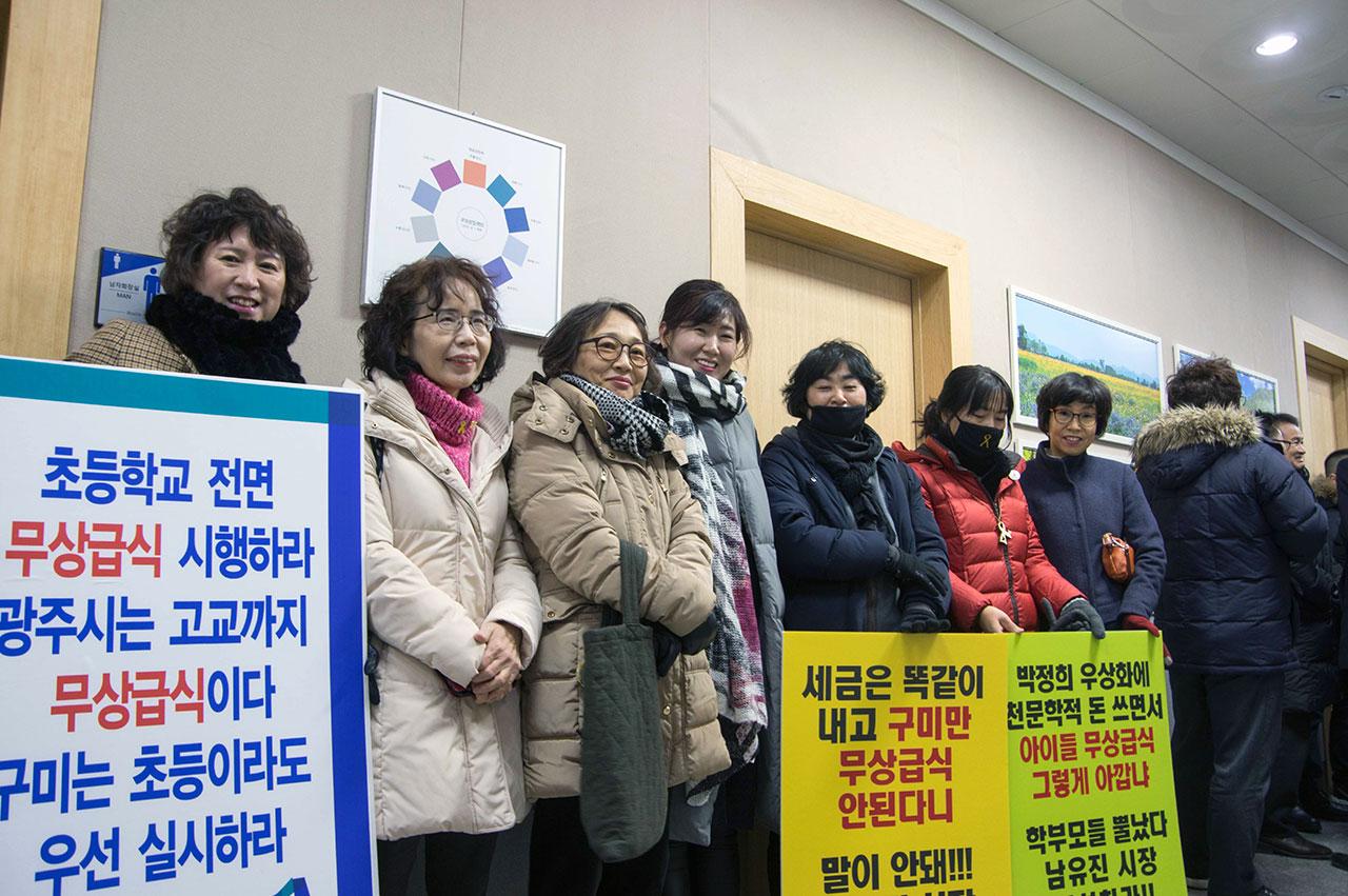 무상급식에 대한 시민들의 관심을 반영하듯 기자회견에는 어머니들의 참석이 두드러졌다. 시 청사 안에서 면담을 요구하는 시민단체 회원들.