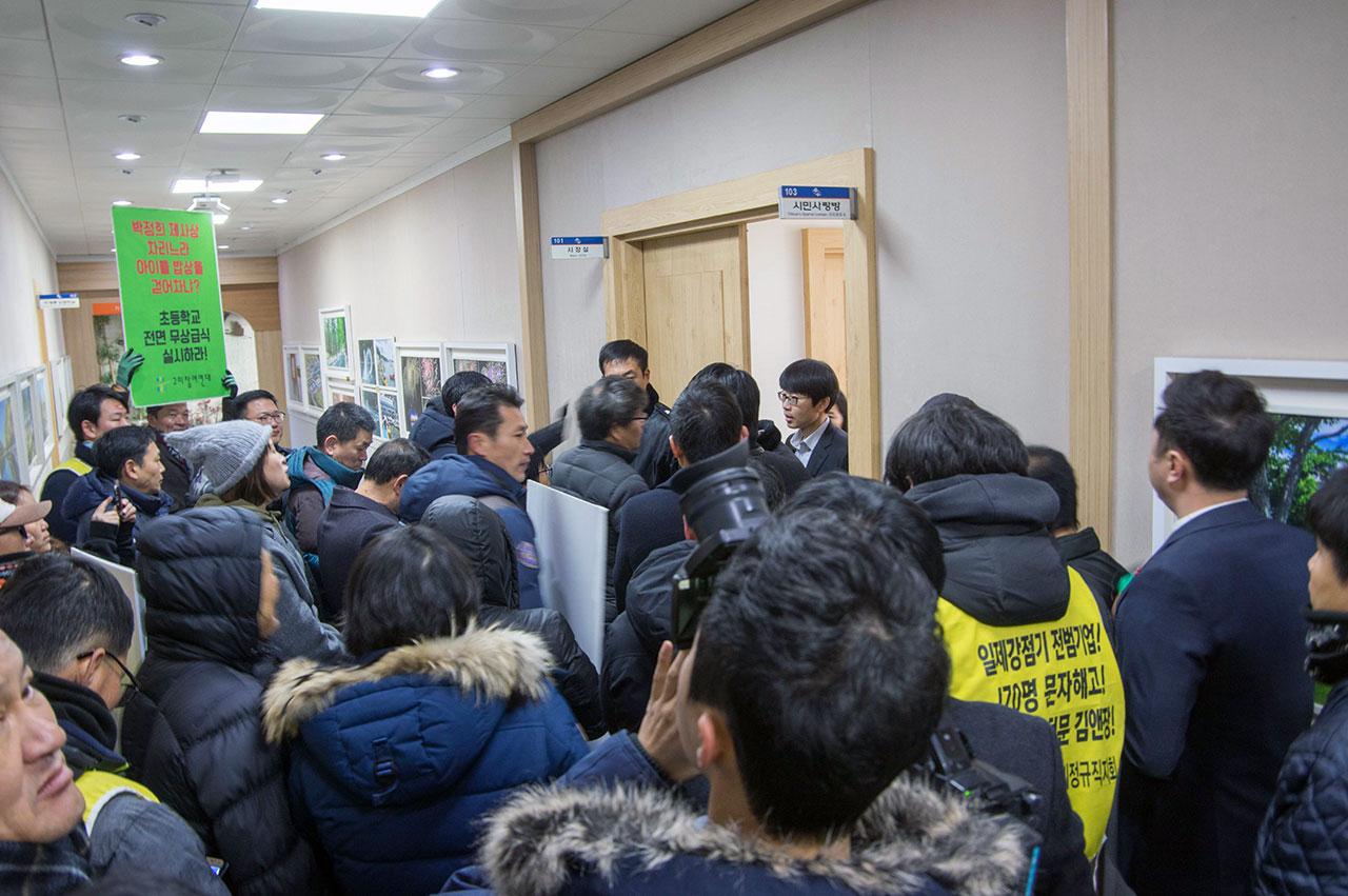 시장 면담을 요구하며 시청 복도에서 시청 측과 승강이를 벌이던 시민단체 회원들은 잠시 후 시장과의 면담에 들어갔다.