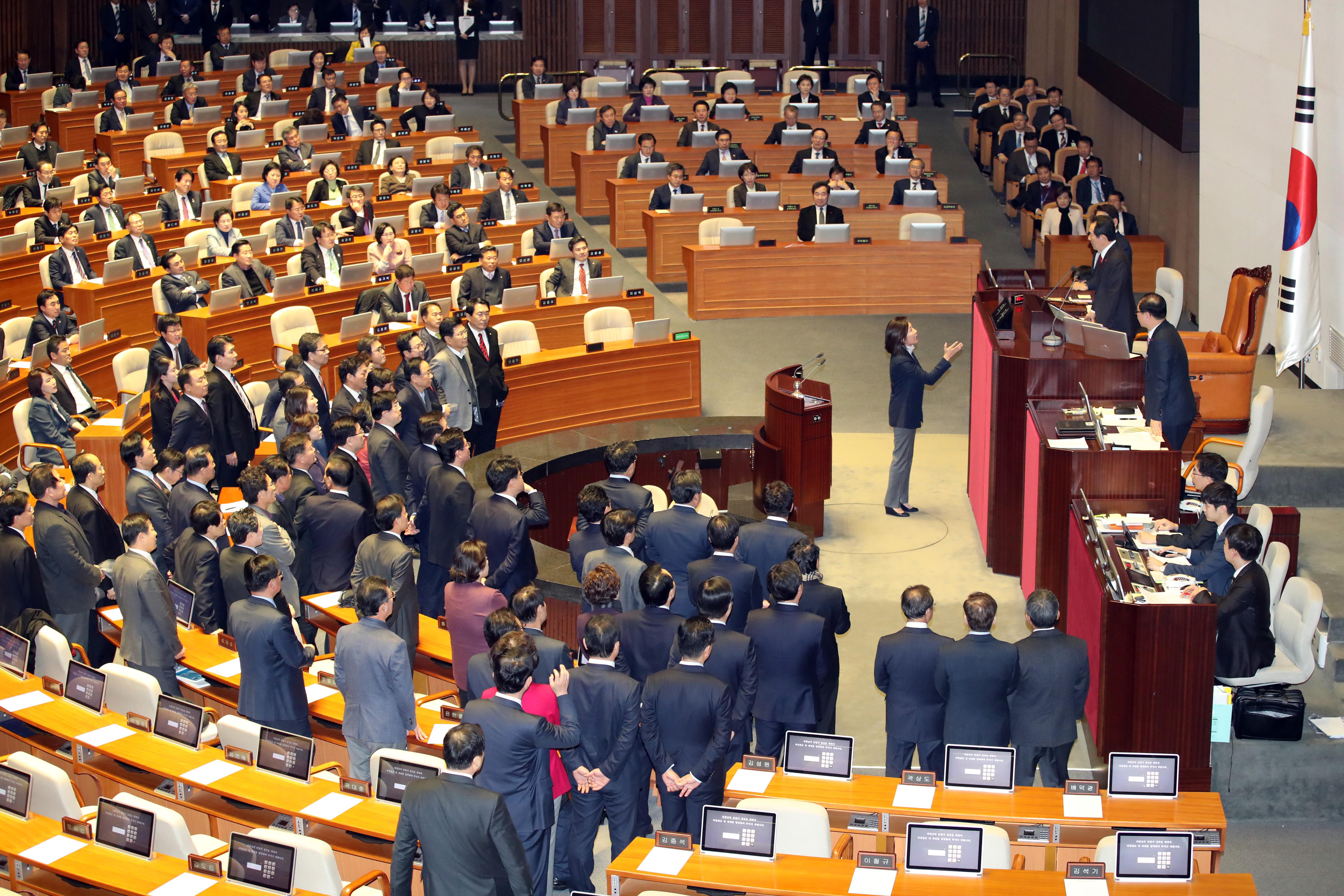 (서울=연합뉴스) 박동주 기자 = 5일 밤 국회에서 재개된 2018년도 예산안 처리를 위한 국회 본회의. 자유한국당 의원들이 법인세법 등에 항의하며 의사일정을 막고 있다.