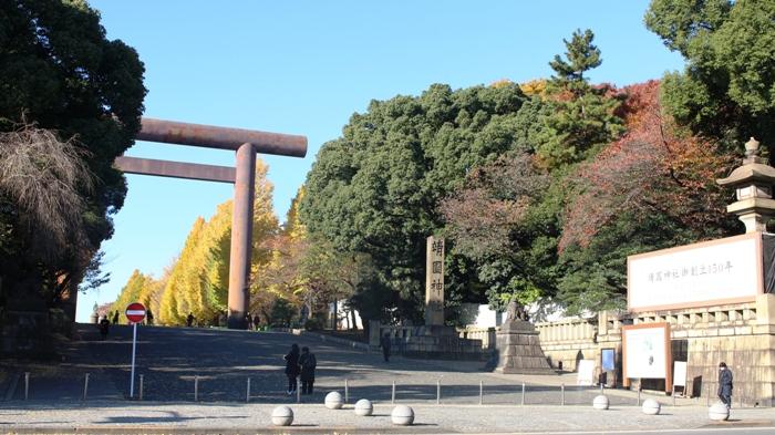 야스쿠니 신사 야스쿠니 신사 입구 모습입니다. 150년을 맞이했다는 알림판이 붙어 있었습니다. 외국 여행객들은 구경하러 들르고 있고, 일본 본토인들도 문화 풍토마냥 참배하러 수시로 이곳에 들르는 모습이었습니다.