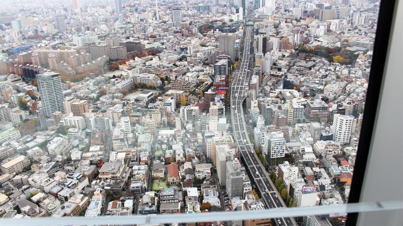 롯폰기힐스 모리타워 53층의 롯폰기힐스 모리타워. 그 최고층에서 바라 본 일본 동경의 시내 전경. 왜 이렇게 투명하고 깨끗해 보일까? 일본 하늘이 황사도 미세먼지도 없이 맑고 깨끗한 까닭이었죠.