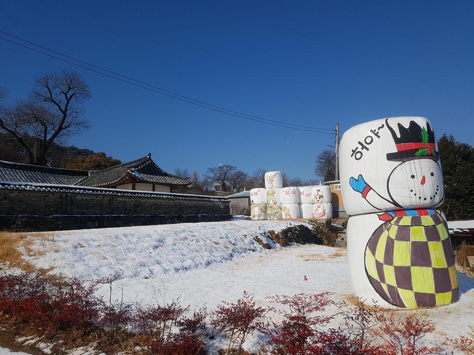 결성면 좌우촌 마을 주민들이 미술 전문가들과 함께 볏짚을 이용해서 그린 그림들이 결성읍성내 형방청을 배경으로 놓여있다.