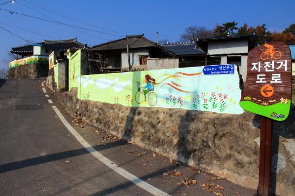 합천 내천마을은 자전거 도로가 황강을 따라 놓여 있다.