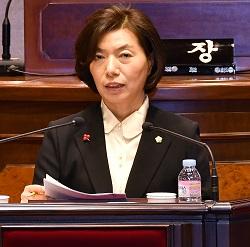 집행부로 상대로 구정질문을 하는 강남구의회 김명옥 의원