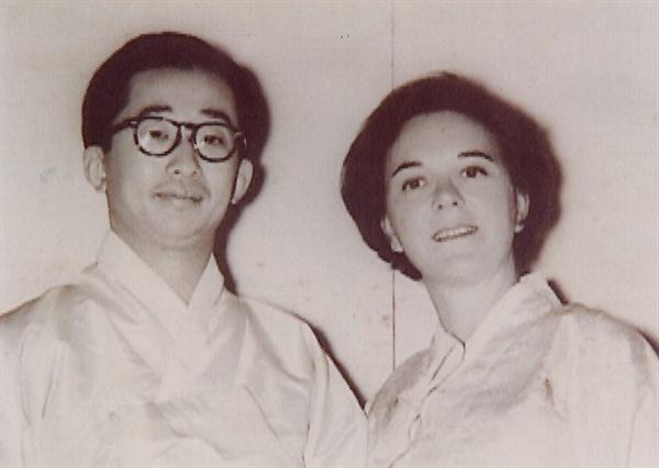 대한제국의 마지막 황세손인 이구(李玖·1931∼2005) 씨의 전 부인인 '줄리아 리'(본명 줄리아 멀록)가 세상을 떠난 사실이 뒤늦게 알려졌다. 향년 94세. 사진은 젊은 시절의 부부 모습.