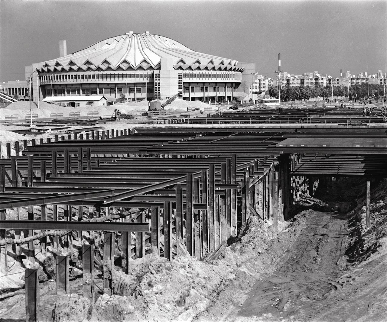 지하철 2호선 건설 공사 현장과 잠실학생체육관 지하철 2호선이 완전 개통(1984)되면서 강남은 빠르게 발전한다.