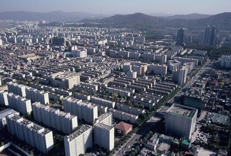 강남구 도곡동 일대 아파트 단지  강남 개발과 함께 대한민국은 아파트공화국으로 탈바꿈했다. 서울시가 '서울기록화 2000' 사업으로 1999년 10월 촬영했다.