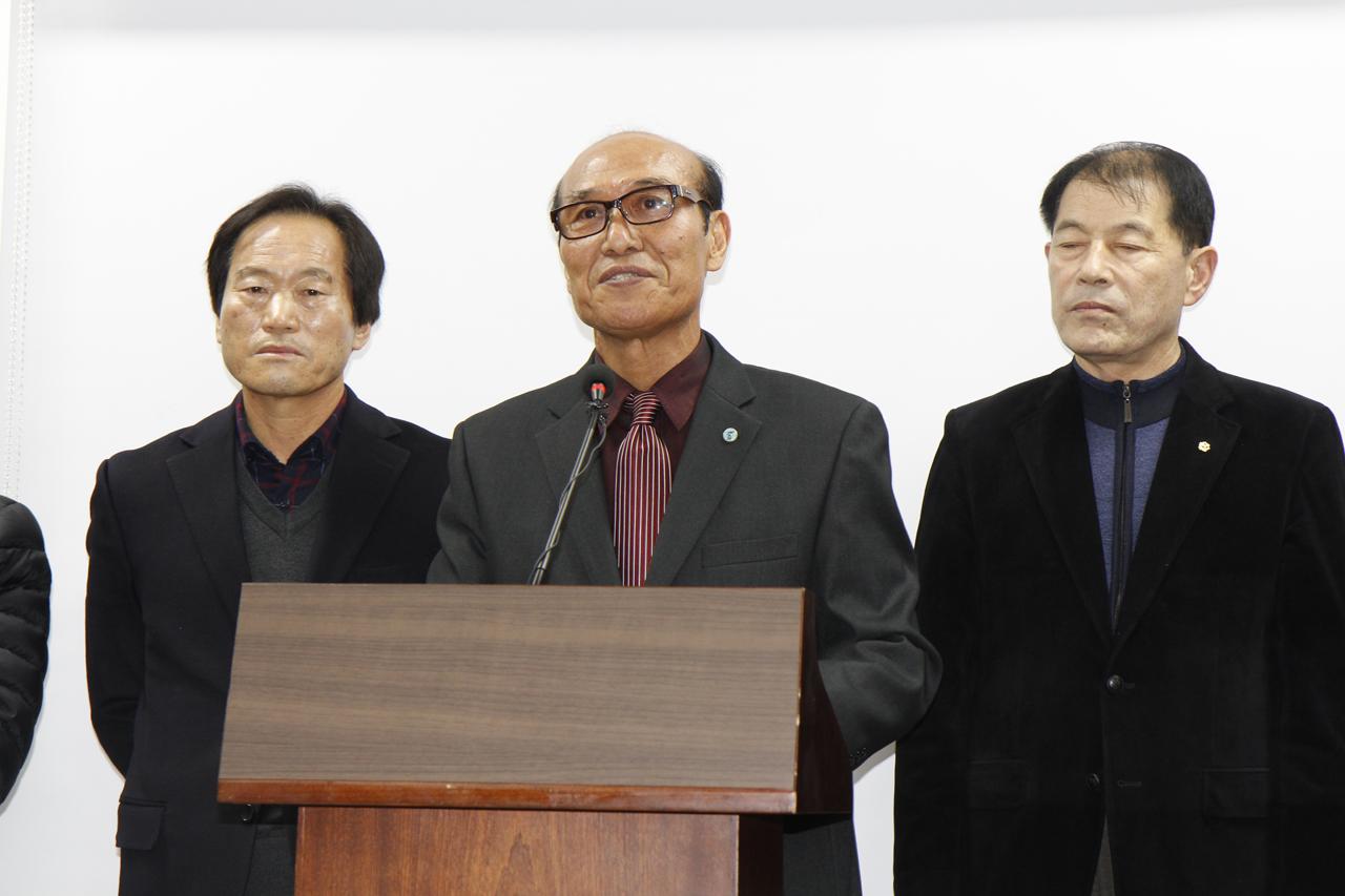 기자회견 나선 '군민발전기금 1500억원 찾기 범군민회' 최근웅 공동회장 대표는 이날 기자회견을 통해 삼성지역발전기금은 태안군에서 수탁해 태안군 발전의 촉매제로 사용되기를 바란다고 호소했다.