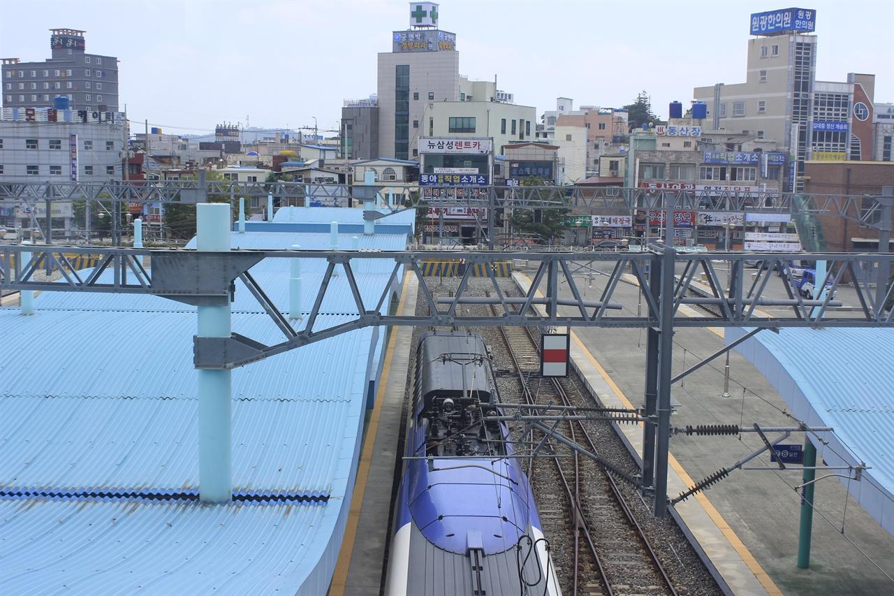 경유지 문제로 기로에 선 목포역 지난 8월 1일 목포역에 KTX 열차가 승객을 싣고 떠나기 위해 대기하고 있다. 목포역은 무안공항이냐, 기존선이냐의 경유안을 두고 어지러운 논란의 중심에 서 있다.
