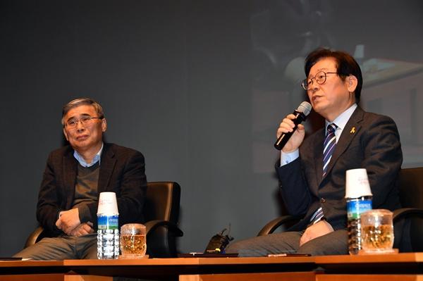 12월 6일 오후 경기도 성남시청에서 열린 '한반도 평화정착과 펑창동계올림픽의 성공 개최를 위한 통일토크쇼'에서 이종석(왼쪽)전 통일부 장관과 이재명 성남시장(오른쪽)이 패널토론을 벌이고 있다.