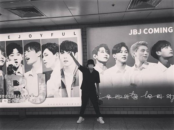 그룹 JBJ 멤버 노태현이 자신의 광고 앞에서 포즈를 취하고 있다. 아이돌 멤버가 광고 인증사진을 찍어 SNS에  올리면 팬들은 기뻐한다.