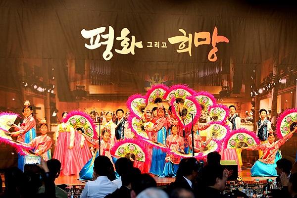 부채춤 월드비전 합창단이 부채춤 공연을 하고 있다.