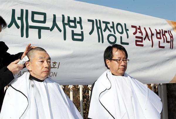 8일 오후 국회 앞에서 김현 변협 협회장 등 대한변협 간부들이 세무사법 개정안에 반대하며 삭발하고 있다.