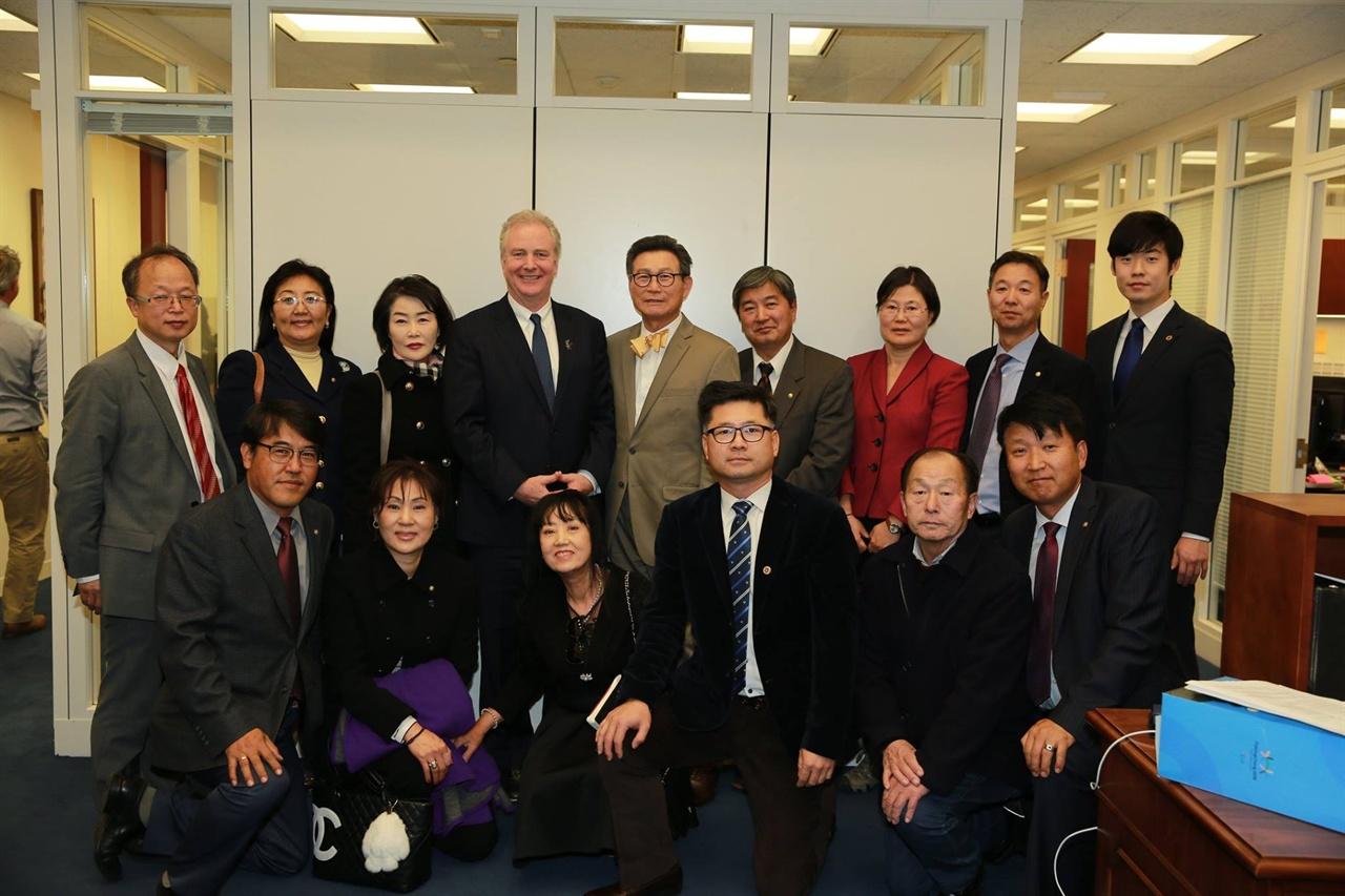 민주평통워싱턴협위회 관계자들이 미 연방의원실을 방문했다.  연방의회를 방문중인 민주평통 관계자들이 Chris Von Hollen 상원의원을 면담했다.