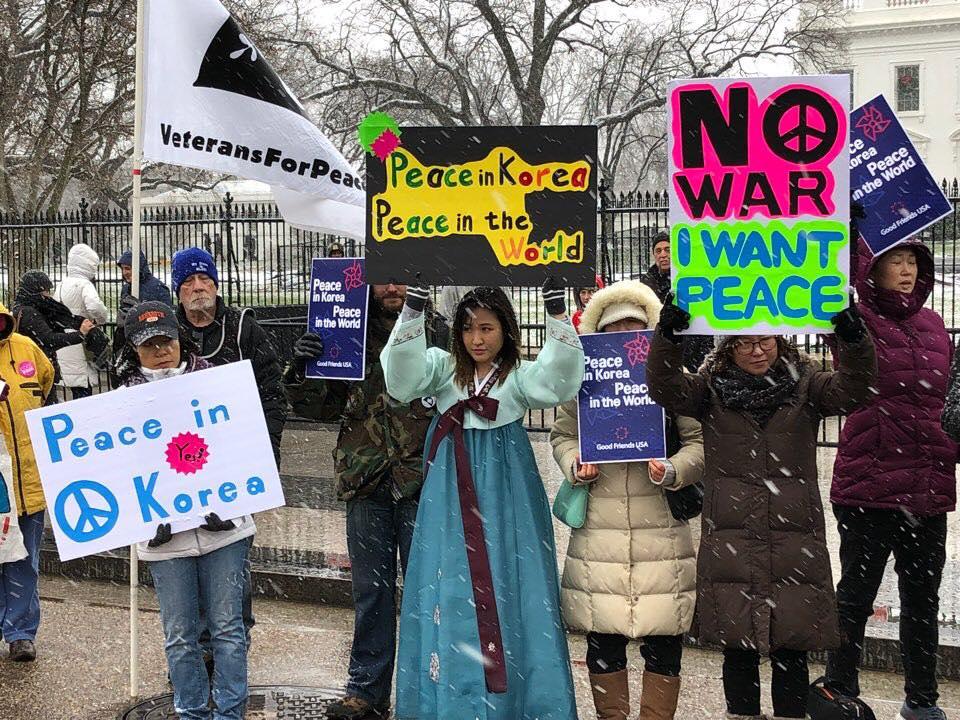 백악관 앞 평화실현 시위 백악관 앞에서 시위중인 한인들