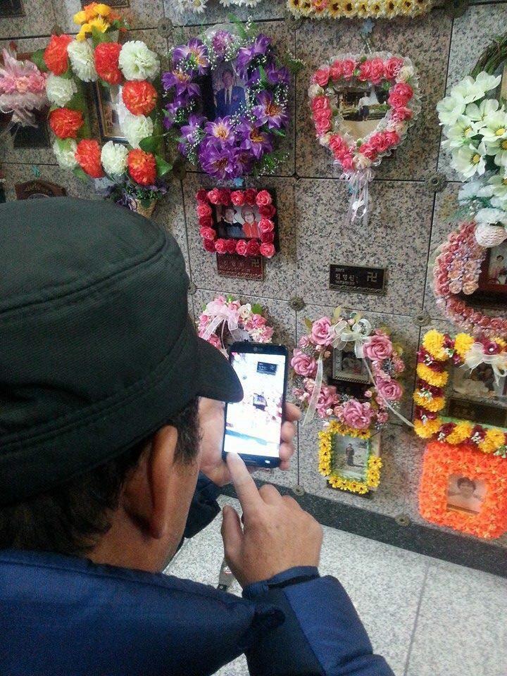 벽제 납골당에 안치되어 있던 아들의 유해를 고향으로 가져가기 직전 마지막 모습을 사진에 담는 김용태