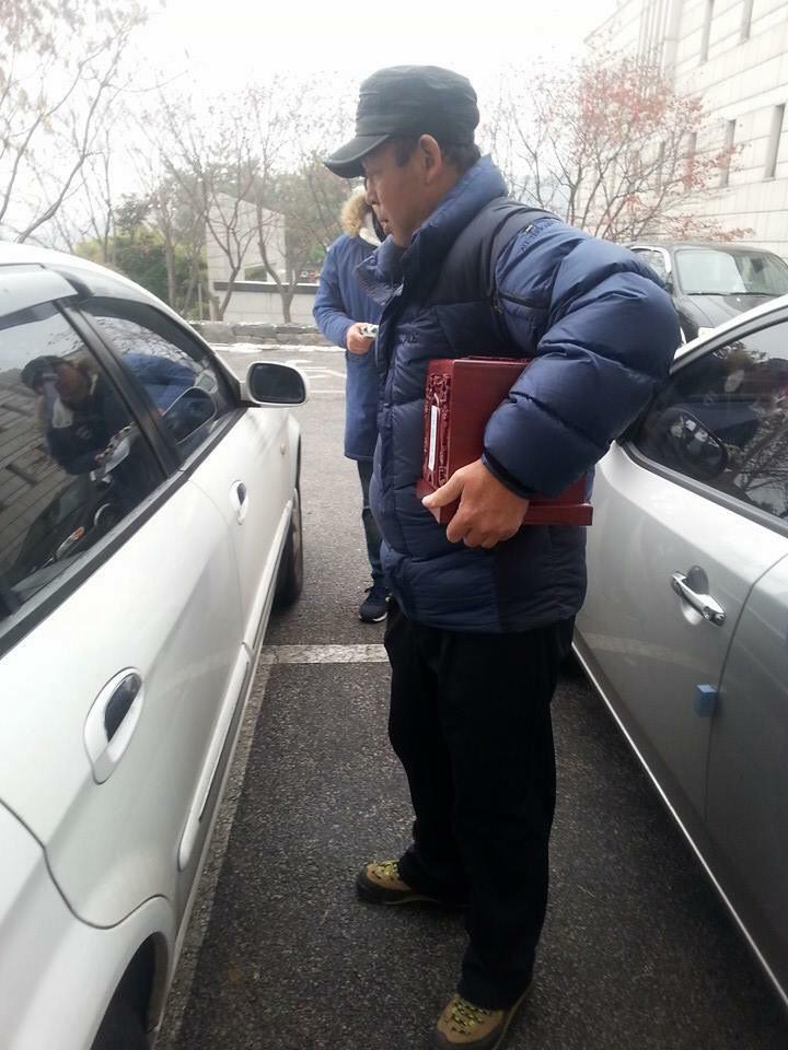 벽제에 안치되었던 아들의 납골함을 고향으로 가져갈 때 가슴에 꼭 품고 있는 김용태 씨