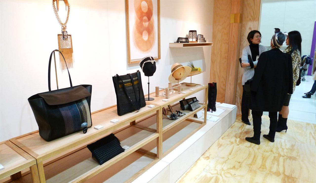 제주관모공예명품화사업 전시부스 2017공예트렌드페어(12.7~10 코엑스) KCDF 지역홍보관에서 전시되었다