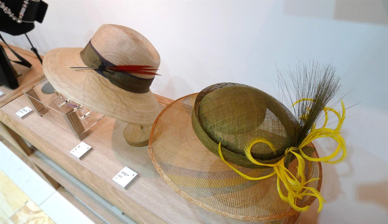 (좌) 말총 모자, (우) 대나무양태 모자 말총 공예와 디자인이 결합해 탄생한 말총 모자