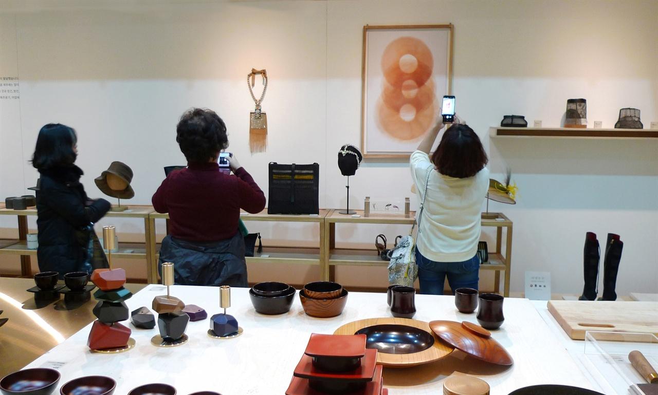 2017공예트렌드페어 ?제주명품개발프로젝트 전시장을 찾은 관람객들 코엑스에서 열린 제주명품개발프로젝트의 작품들에 관람객들은 많은 관심을 보였다