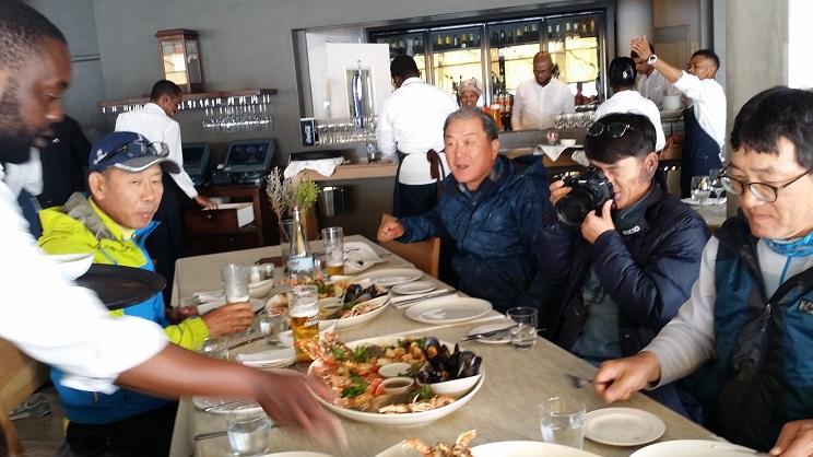 점심은 씨푸드 요리로  바닷가재 등 씨푸드 요리에 눈이 반짝이는  남부 아프리카 탐사단 청바지팀