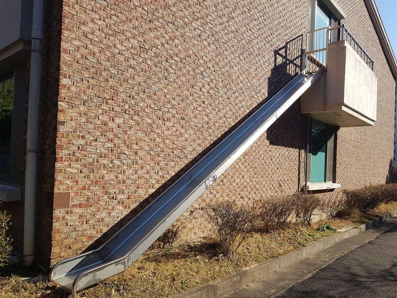 인천사할린동포복지회관 긴급상황 시 회관 2층에 기거하는 동포 어르신을 탈출시키기 위한 구조용 미끄럼틀