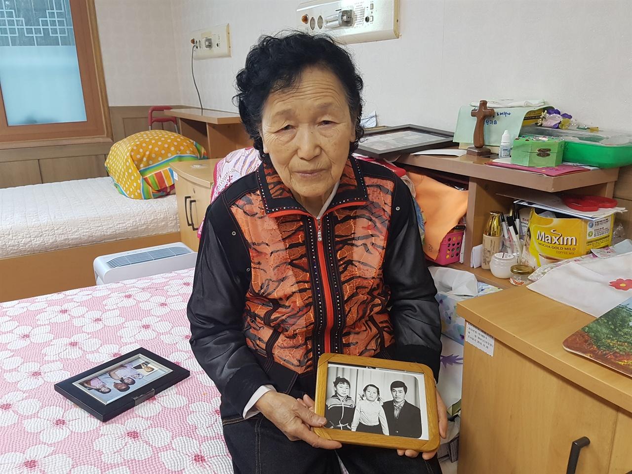 인천사할린동포복지회관 강정순 할머니가 가족과 찍은 사진을 들고 있다.? 강 할머니는 밝게 웃어보였지만 때때로 그리운 가족 이야기를 하며 눈물을 훔치시기도 했다.
