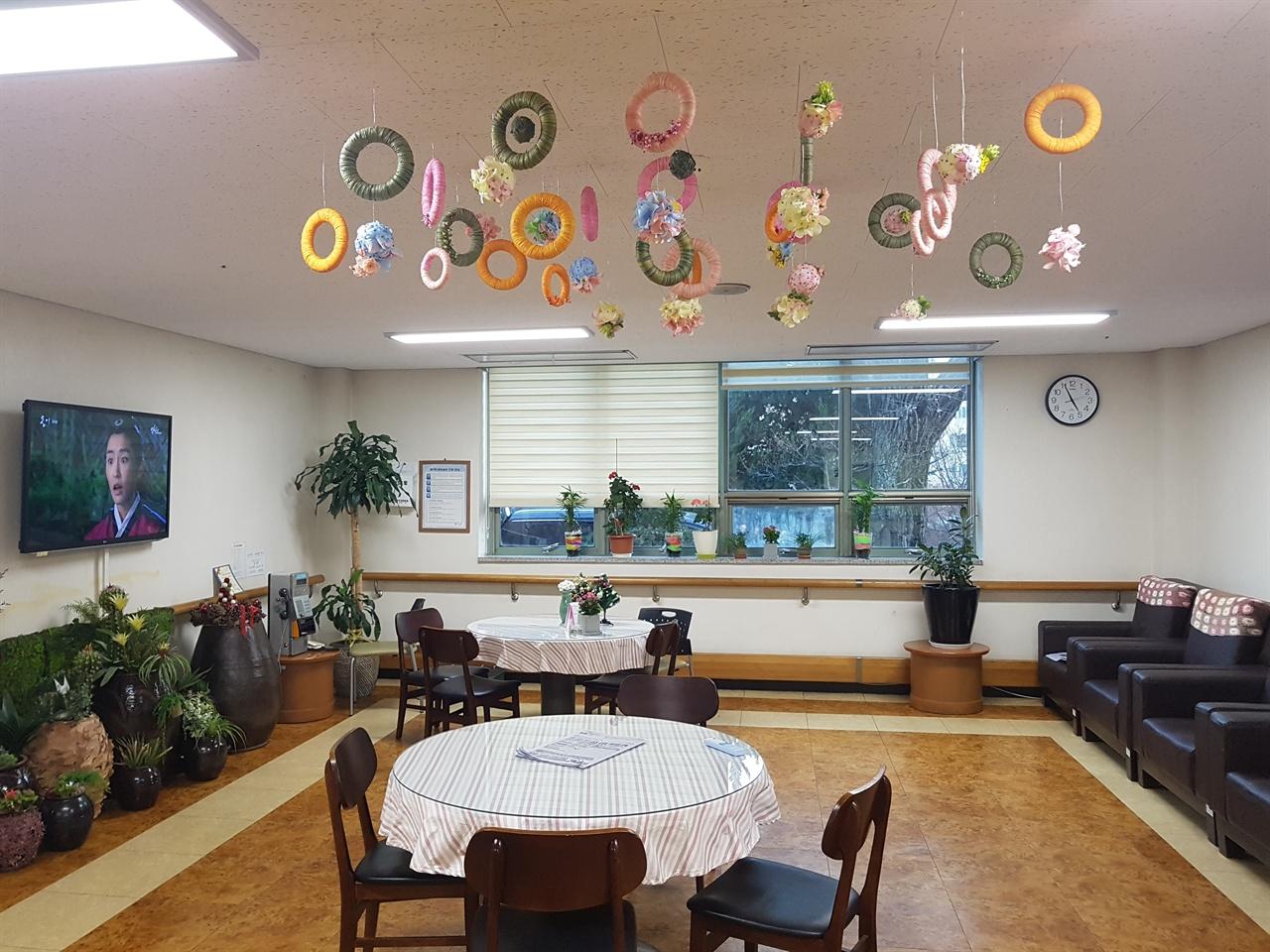 인천사할린동포복지회관 회관 1층에 위치한 어르신들의 휴게공간.