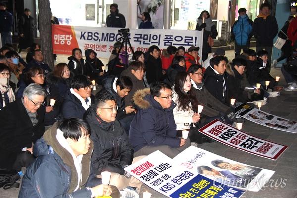 'KBS·MBC 정상화를 위한 경남시민행동'는  12일 저녁 창원 정우상가 앞에서 'KBS 정상화 시민촛불문화제'를 열었다.