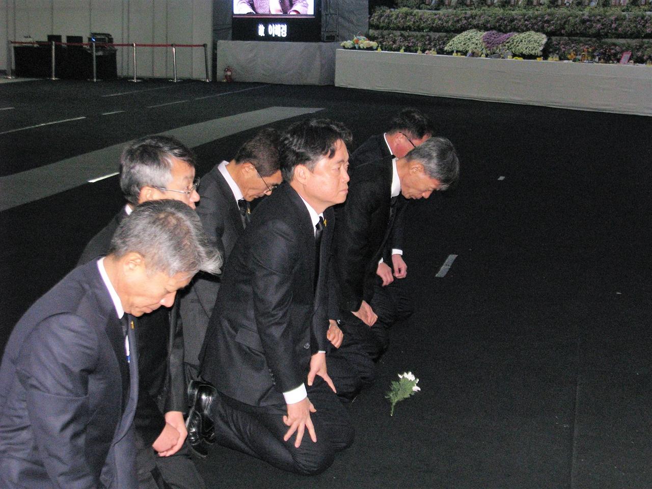 세월호 희생자들에 무릎 꿇고 사과하고 있는 최승호 사장 등 MBC 경영진