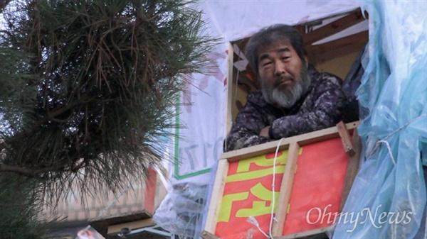 전주시청 앞 지상 20m 조명탑에서 100일째 농성중인 택시노동자 김재주씨