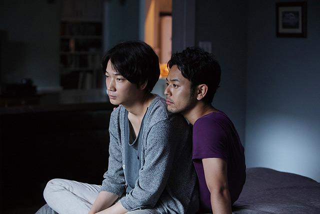 영화 <분노>의 한 장면, 왼쪽부터 오오니시 나오토 역의 아야노 고, 후지타 유마 역의 츠마부키 사토시, 둘은 동성 연애를 하고 있으며 게이 클럽에서 만나게 되었다. 영화는 이들을 통해 도쿄의 풍경을 비춘다.
