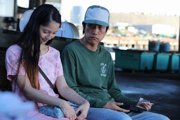 영화 <분노>의 한 장면, 왼쪽부터 마키 아이코 역의 미야자키 아오이, 타시로 요헤이 역의 마츠야마 켄이치, 타시로는 어느 날 항구에 왔으며 자신의 배경은 나중에 말하겠다며 아이코 아버지에게 의심을 산다. 영화는 이들을 통해 치바의 모습을 보여준다. 사진에는 아이코 아버지가 나와있지 않다.
