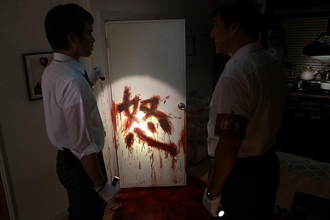 영화 <분노>의 한 장면, 범인이 현장에 남긴 '분노'라는 표식은 영화의 주제이자 제목이다. 영화가 분노라는 것을 따라간다는 것을 단적으로 보여준다.