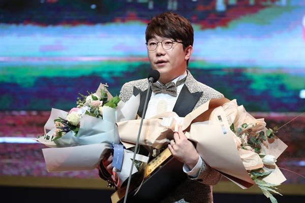 13일 오후 서울 강남구 코엑스에서 열린 2017 골든글러브 시상식에서 KIA타이거즈 양현종이 KBO 투수 부문상을 수상한 뒤 소감을 밝히고 있다.
