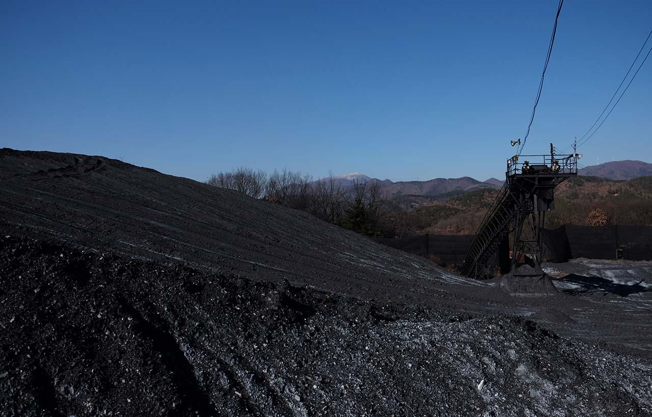화순탄광에서 채굴한 석탄이 작은 동산처럼 쌓여 있다.