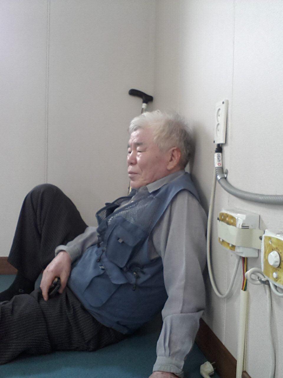 덕적도에서 인천으로 나오는 배 안에서 김흥수. 아픈 다리를 이끌고 덕적도를 헤매고 걸었던 그는 여객선의 객실에서 지쳐 누웠다. 그는 배를 타고 세계여행을 다니고 싶어한다.
