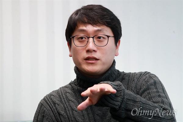 """지난 2013년 """"안녕들 하십니까"""" 대자보를 썼던 주현우씨가 12일 오후 서울 마포구 <오마이뉴스> 사무실에서 만나 촛불의 힘으로 정권이 교체됐지만 여전히 바뀌지 않은 사회 문제에 대해 이야기를 나눴다."""