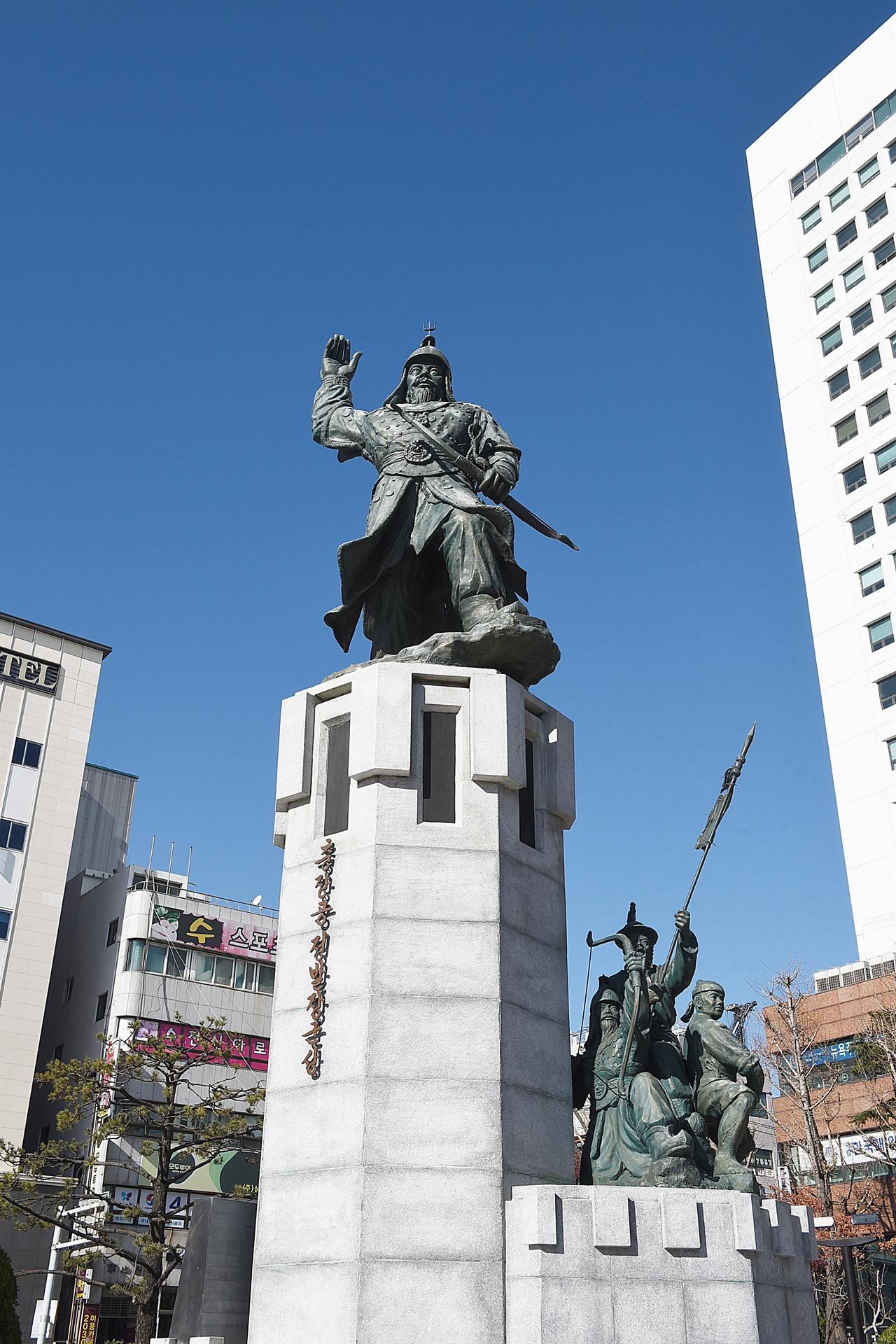 정발장군 동상 임진왜란 당시 왜군과 맞서 싸우다 전사한 정발장군의 동상. 일본영사관 입구에 서 있다