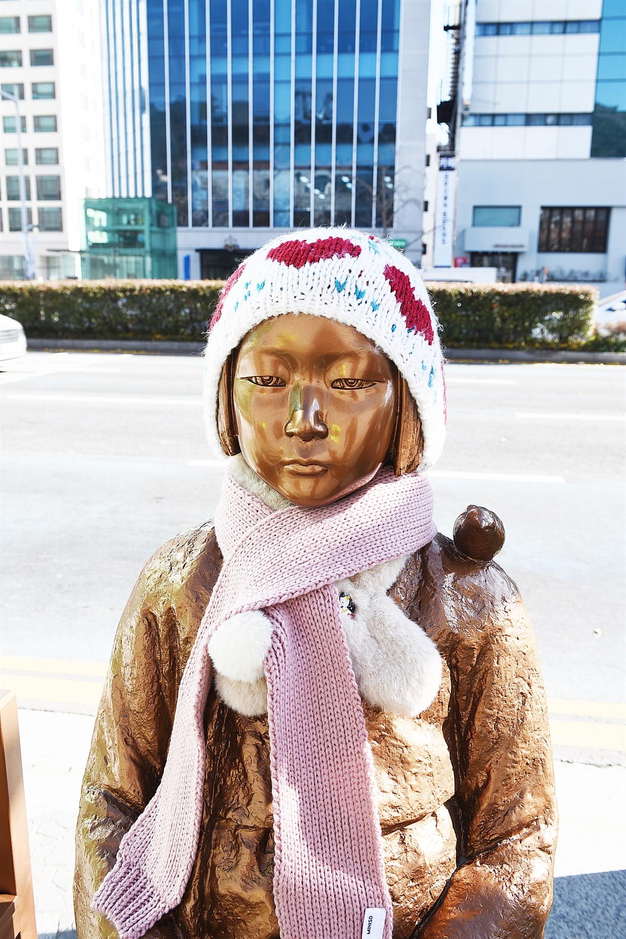 평화의 소녀상 시민들의 정성으로 털모자, 털목도리를 착용하고 있다